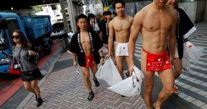 Dàn hotboy Nhật Bản mặc khố cùng nhau dọn vệ sinh khu phố bẩn nhất Tokyo