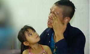 Nghệ sĩ xiếc 'gà trống nuôi con', rơi nước mắt nhờ nuôi hộ con gái nếu chết trên sân khấu