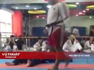 Võ sĩ Taekwondo chưa kịp ra đòn đã nhận cú đá nằm vật vã