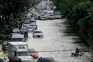 Mua tàu ngầm vượt nước ngập như sông ở Bangkok?