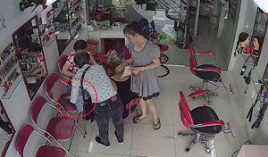 Vờ tiếp thị, trộm điện thoại ngay trước mặt cô gái như làm ảo thuật