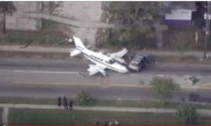 Máy bay lao vào xe ô tô ở St. Petersbourg, Mỹ
