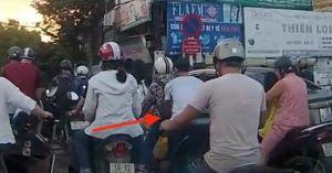 Clip: Cô gái đi xe máy bị trộm móc ba lô ngay giữa phố Hà Nội