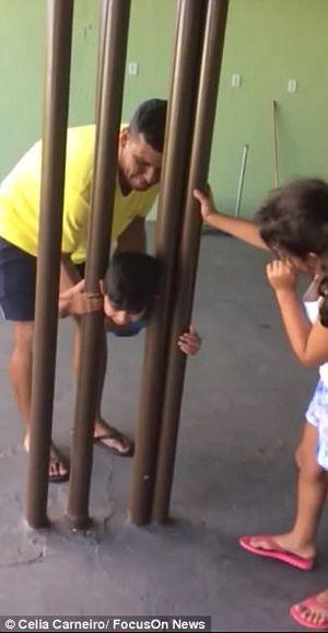 Loay hoay suốt 2 tiếng giúp con thoát kẹt khỏi thanh sắt, ông bố 'ngã ngửa' vì cách đơn giản không ngờ