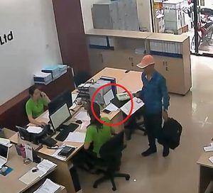 Clip: Vờ tiếp thị, thanh niên trộm điện thoại trước mặt nhân viên
