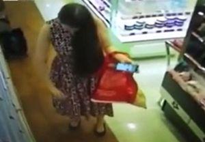 Người phụ nữ xịt 'chùa' nước hoa ở siêu thị