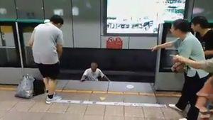Cãi nhau với bạn gái, cụ ông 70 liều mình nhảy xuống đường ray tàu điện ngầm