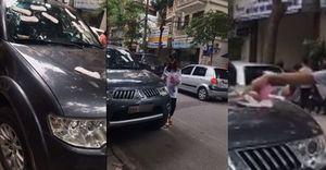 Ô tô bị dán băng vệ sinh vì chủ xe đỗ vô ý thức