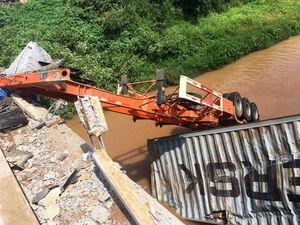 Xe đầu kéo tông sập lan can cầu rơi xuống sông, tài xế thiệt mạng