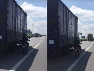 Clip: Người đàn ông liều mạng chạy song song xe tải để 'tránh nắng'