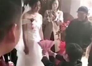 Cô dâu từ chối lời cầu hôn vì chú rể quỳ cả hai chân