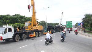 Xe container chở hàng đông lạnh lật ở cầu vượt Hòa Cầm