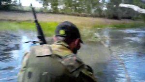 Cá sấu ẩn náu tài tình, đột kích suýt lấy mạng thợ săn