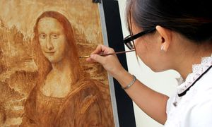 Cô gái vẽ tranh bằng cà phê và tương ớt