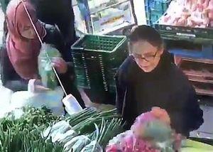 Video thủ đoạn nữ trộm móc túi 60 triệu đồng giữa chợ ở Anh