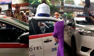 Clip sốc: Bị CSGT phạt, nữ tài xế mặc váy leo nóc xe chửi bới, ăn vạ