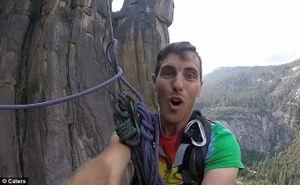 Anh chàng thực hiện cú nhảy mạo hiểm từ độ cao 800 m với một sợi dây