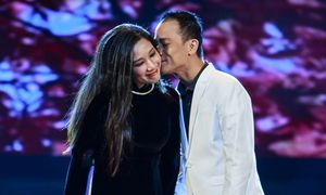 Ca sĩ Chế Phong nhẹ nhàng hôn má vợ Thanh Thanh Hiền