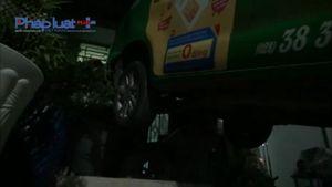 TP HCM: Nhậu say lái xe taxi lùi vào nhà dân rồi lao vào ẩu đả
