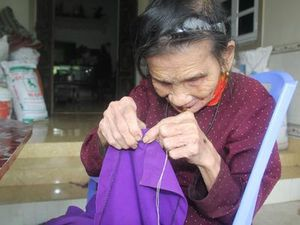 Cụ bà 85 tuổi mù lòa vẫn xâu kim, may vá lanh lẹ