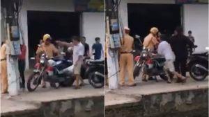 Người đàn ông chửi bới, xô đổ xe đặc chủng cảnh sát giao thông