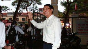 Thầy hiệu trưởng đứng ở cổng trường chào học sinh: 'Xuất phát từ tình cảm yêu thương học trò'
