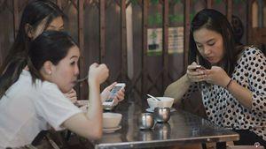 Khỏe đẹp: Vừa ăn vừa xem điện thoại dễ gây thủng dạ dày?