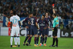 CĐV Marseille tấn công Neymar