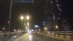 Xe máy phóng ngược chiều đối đầu ô tô trên cầu vượt ở Hà Nội