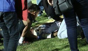 Ẩu đả trên sân, cầu thủ Indonesia rời sân bằng xe cứu thương