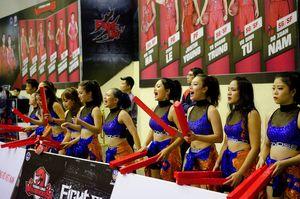 Fan ngồi tràn ra lối đi để xem derby bóng rổ Hà Nội