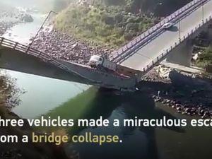 Cầu bất ngờ gãy đôi, hàng loạt ôtô xe máy rơi xuống sông