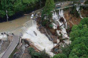 Hình ảnh bão Lan tàn phá Nhật Bản làm 12 người thương vong