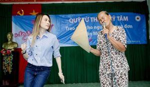 Mỹ Tâm múa phụ họa cho cụ bà hát 'Tôi là tôi' gây 'sốt' mạng xã hội
