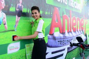 Mỹ Linh hát live, Thanh Hằng hướng dẫn thể dục tại phố đi bộ