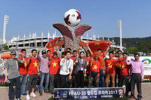 Cảnh sát và xe chống bạo động bảo vệ trận đấu của U20 Việt Nam