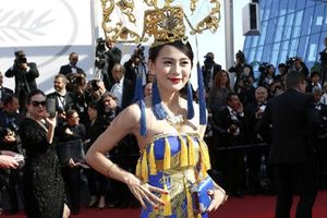 Dư luận Trung Quốc chỉ trích cô gái mặc váy long bào ở thảm đỏ Cannes