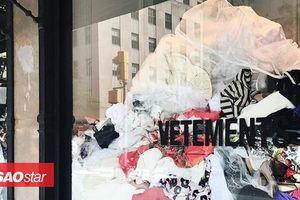 Vetements 'bê nguyên' đống quần áo dưới sàn trưng bày trước cửa hiệu