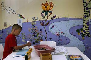 Người phụ nữ trang trí phòng hóa trị để tiếp thêm sức mạnh cho các bệnh nhân ung thư