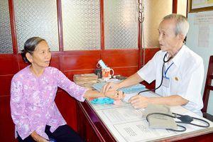 Hơn 60 năm khám chữa bệnh giúp người nghèo