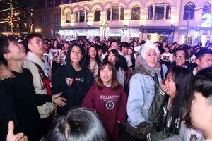 Hình ảnh giới trẻ Hà thành 'quẩy' tưng bừng chào đón năm mới 2018