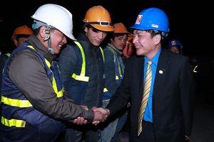 Chủ tịch Tổng LĐLĐVN tặng quà công nhân trên công trường khu đoàn ngoại giao