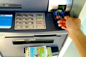 Soi phí dịch vụ các ngân hàng vừa tăng khiến khách 'chóng mặt'
