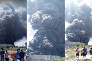 Hàng trăm cảnh sát dập lửa tại xưởng cao su ở TP.HCM