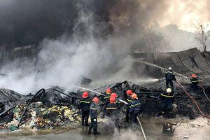Gần 200 cảnh sát dập lửa, cứu 11 người kẹt tại bãi phế liệu ở Sài Gòn