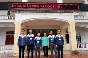 5 nam sinh ở Hà Tĩnh trả lại gần 15 triệu đồng nhặt được