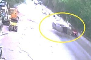 Clip: Tông cực mạnh vào Mazda CX-5, Toyota Vios lật ngửa giữa đường ở Hà Nội