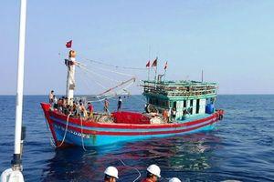 Đau đớn đưa thi thể ngư dân tử vong trên biển trở về đất liền