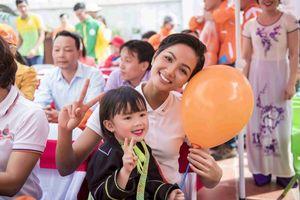 Vẻ đẹp thân thiện của hoa hậu H'Hen Niê trao tặng trường mầm non tại Lạng Sơn