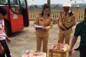Bắt quả tang xe khách chở 180 kg thịt gà ôi thiu đang trên đường ra Hà Nội tiêu thụ